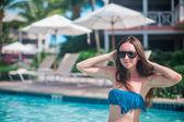 年轻漂亮的女人在游泳池中享受假期 — 图库照片
