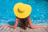 Frau in entspannenden gelben Mütze im Freibad — Stockfoto