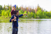 Young father and little girl fishing outdoor — Foto Stock