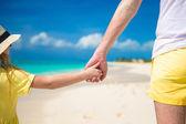 Vater und tochter miteinander hand in hand am strand hautnah — Stockfoto