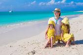 Mutlu bir aile üç plaj tatil keyfi — Stok fotoğraf