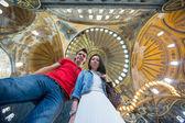 Genç çift turist iç kemerlerin çarpıcı bir arka plan üzerinde sultanahmet camii — Stok fotoğraf