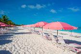 Beautiful white beach with sun loungers — Stockfoto