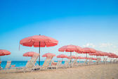 Paradise view of tropical empty plage with umbrella and beach chair — Stock Photo