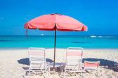 Cute umbrellas and sunbeds at tropical beach — Foto Stock