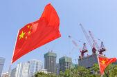 建設中の建物の前で中国の旗 — ストック写真