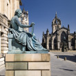 David Hume Statue with St. Giles Cathedral, Edinburgh, Scotland, UK — Stock Photo