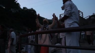 Puja 3 (hinduizm). hindistan, devprayag. ganga puja. — Stok video