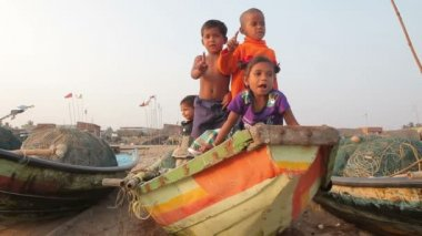 Сhildren of fishermen — Stock Video