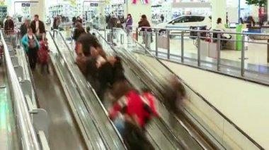 Escalator in shopping center. Timelapse. — Stock Video