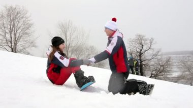 Snowboarders couple — Stockvideo