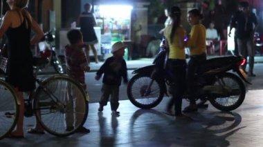People on the night street — Stock Video