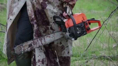 Maniac with the chainsaw — Stock Video