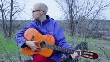 Woman playing guitar — Stock Video