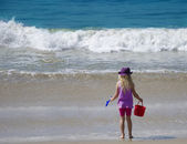 Girl door de oceaan — Stockfoto