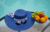 帽子と、庭園で果物 — ストック写真