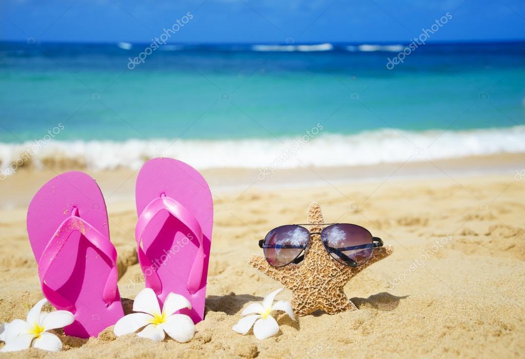 tongs et toile de mer avec lunettes de soleil sur la. Black Bedroom Furniture Sets. Home Design Ideas