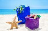 Stelle marine con doni sulla spiaggia — Foto Stock