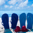 Flip flops with hearts on the beach — Stockfoto