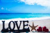 """Teken """"love"""" met hart vormen en starfish — Stockfoto"""