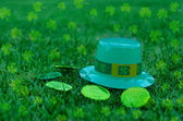 St Patrick's Day hat and coins on grass — Stock Photo