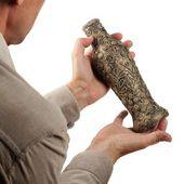 Antico vaso nelle mani — Foto Stock