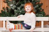 The red-haired girl sitting on a bench — Stock fotografie