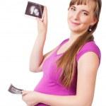 sonriente a mujer embarazada sosteniendo el resultado del examen de ultrasonido — Foto de Stock
