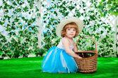 Bahçede bir sepet ile küçük kız — Stok fotoğraf