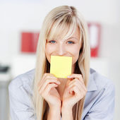 Woman with sticky note — Stock Photo