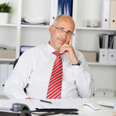 Happy businessman leaning back — Stockfoto