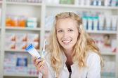 Farmacéutico femenino con pasta dental y cepillo de dientes — Foto de Stock