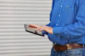 Midsection arkitekt med digital tablet — Stockfoto
