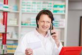 Apotheker op oproep in een apotheek — Stockfoto