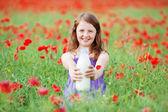 Ung flicka med mjölk — Stockfoto