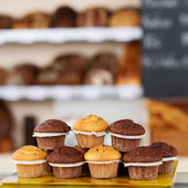 Muffin disposte sul vassoio — Foto Stock