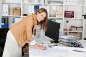 在她的工作桌的女建筑师 — 图库照片