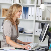 Businesswoman Using Computer At Desk In Office — Stockfoto
