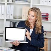 Empresaria mostrando portátil con pantalla en blanco — Foto de Stock