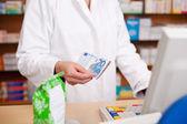 Betala för medicin med kontanter på apotek — Stockfoto