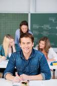 Erkek öğrenci kadın sınıf ve öğretmen olarak backg ile yazma — Stok fotoğraf