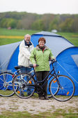 Couple With Bicycles Standing Against Tent — Stock Photo
