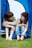 Fratello e sorella, seduta di fronte a una tenda — Foto Stock