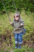 Jongen swingend in park — Stockfoto
