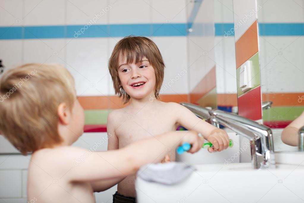 два мальчика в ванной