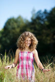 Girl Goes In Tall Grass At Park — Stock Photo
