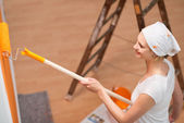 Woman painting her apartment — Stock Photo