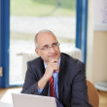 επιχειρηματίας κοιτώντας ψηλά στο γραφείο — Φωτογραφία Αρχείου