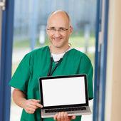 Kirurgen anläggning laptop i kliniken — Stockfoto