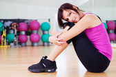 Femme dans la salle de gym — Photo
